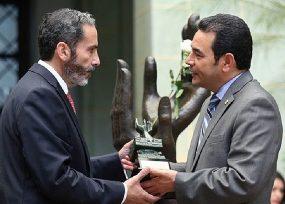 Embajador en Guatemala condecorado por el cuestionado presidente Jimmy Morales