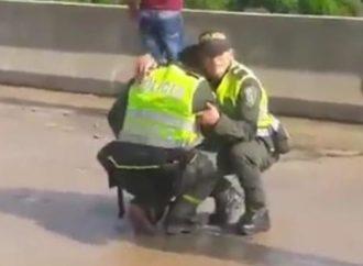 El desconsolado llanto de los policías al no poder salvar a la mujer que se suicidó con su hijo en Colombia